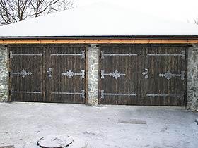 гаражные ворота с деревом