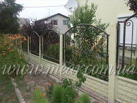 забор с коваными секциями