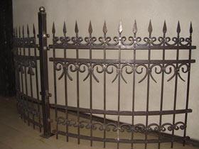 забор кованый радиусный